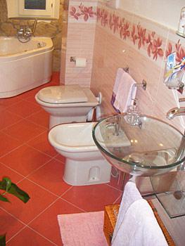 Idee bagno in piccoli spazi idee creative di interni e for Piccoli piani di casa francese